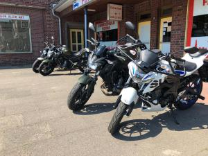 Motorräder links